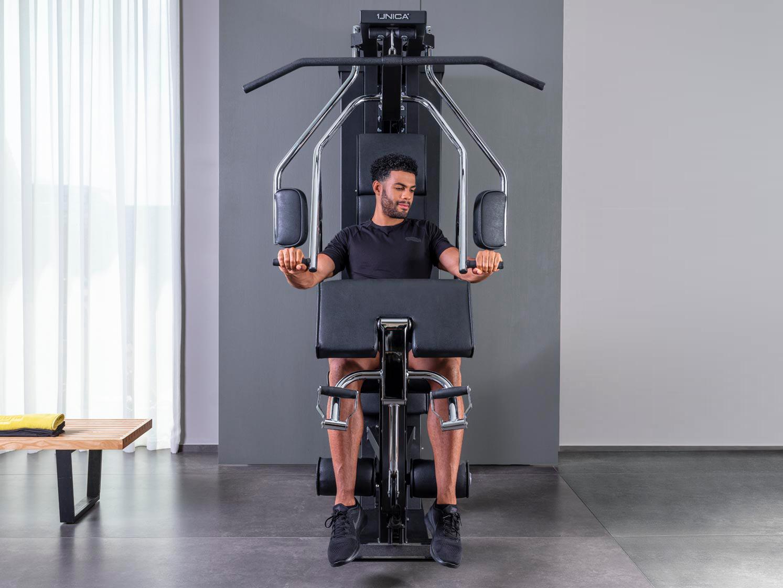 Mann macht Übungen auf Technogym Unica